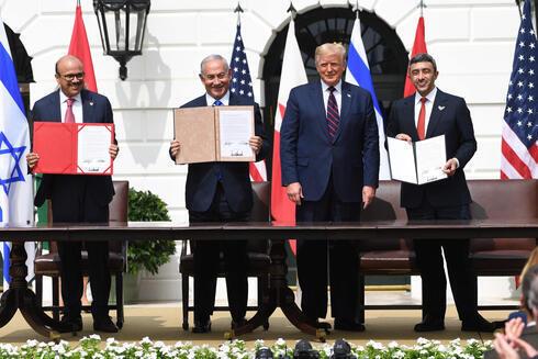 el canciller de Bahrein Abdullatif al-Zayani, el primer ministro Benjamin Netanyahu, el presidente de Estados Unidos, Donald Trump, y el canciller emiratí Abdullah bin Zayed Al-Nahyan