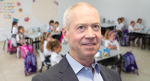 El ministro de Educación, Yoav Galant, entregó 150.000 computadoras portátiles a niños desfavorecidos.