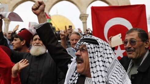 Palestinos enarbolan una bandera turca durante una manifestación cerca de la mezquita de Al-Aqsa en Jerusalem.