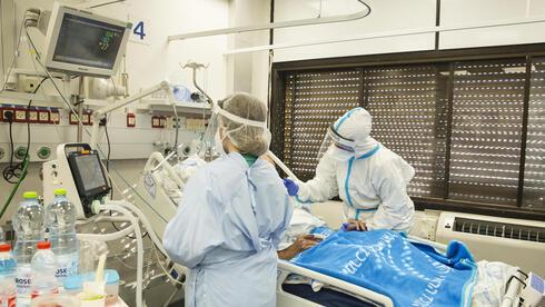 Personal médico trata a un paciente con COVID-19 en el Centro Médico Hillel Yaffe, Hadera.