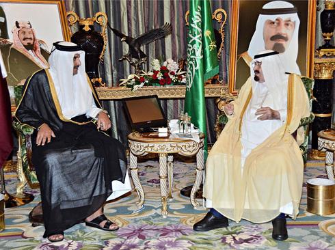 Abdullah bin Abdul Aziz al-Saud con el emir de Catar, Sheikh Tamim bin Hamad al-Thani, en una reunión diplomática de hace algunos años.