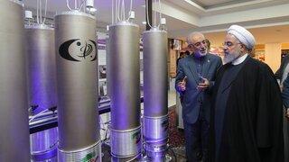 El presidente de Irán, Hassan Rouhani, visita una instalación nuclear en Teherán.