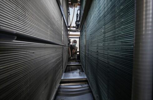 A engenheira palestina Nadia Tubail verifica os filtros de um gerador de água movido a energia solar doado pela Watergen.