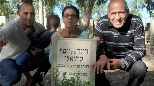 Rivka Amrani junto a la tumba de su hermana.
