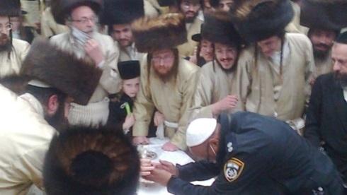 Imagen captada en una de las bodas realizadas ilegalmente por la comunidad ultraortodoxa.