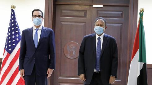 El primer ministro sudanés, Abdullah Hamdok, a la derecha, dio la bienvenida al secretario del Tesoro de Estados Unidos, Steven Mnuchin.
