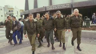 General Yitzhak Mordechai frente a un centro comunitario atacado por un misil.