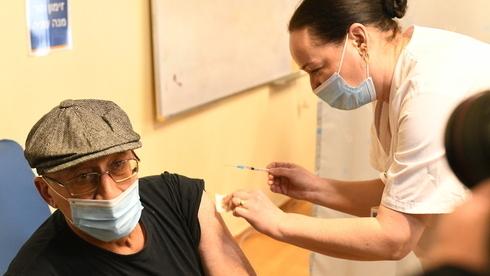 Un profesor es vacunado en el Centro Médico Assaf Harofeh.