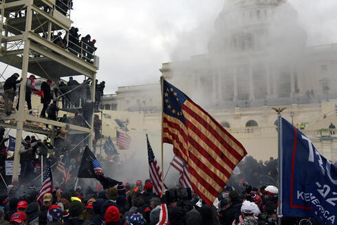 Partidarios de Trump se enfrentan a las fuerzas de seguridad mientras intentan irrumpir en el Capitolio de EE. UU.