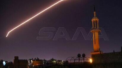 Las defensas aéreas sirias se activaron durante un presunto ataque israelí en Damasco en julio de 2020.