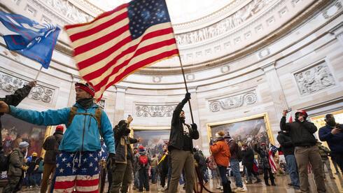 Alborotadores adentro del Capitolio después de violar la entrada al edificio.