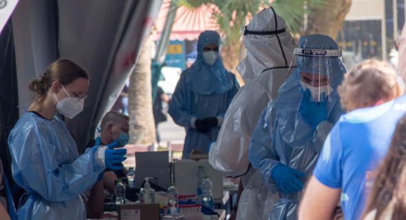 Fila para vacunarse contra el COVID-19 en Tel Aviv.