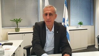 Profesor Nachman Ash.
