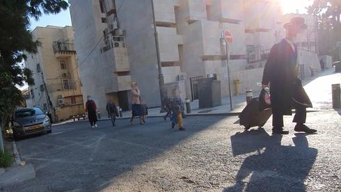 Las escuelas reabren en el barrio Mea Shearim de Jerusalem a pesar del cierre general.
