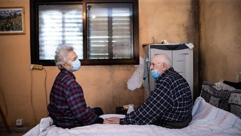 Victor y Ella Urahi en su apartamento con las paredes cubiertas de moho.