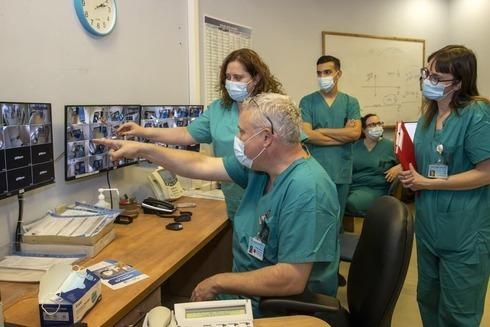 El profesor Zvi Friedlander con el personal médico en el Centro Médico Hadassa de Jerusalem.