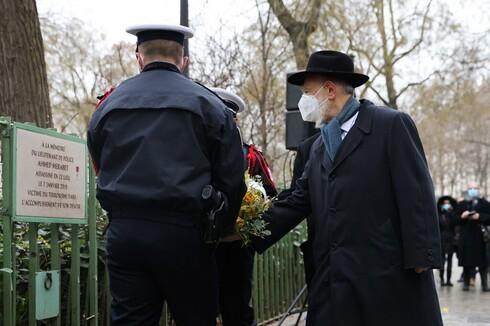 El gran rabino de Francia rinde homenaje a un policía asesinado durante el ataque a la revista Charlie Hebdo.
