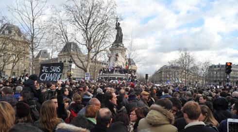 Manifestantes marchan por París el 11 de enero de 2015.