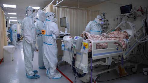 Médicos con un paciente en la sala de coronavirus del Centro Médico Shaare Zedek en Jerusalem.