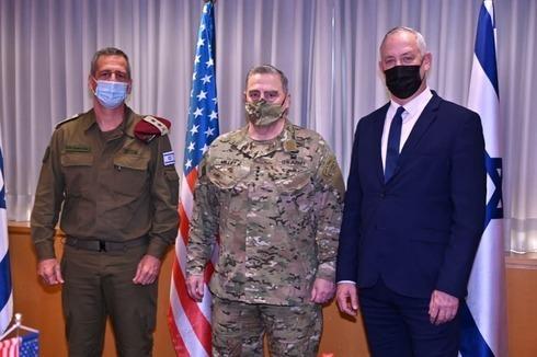 El Jefe de Estado Mayor de las FDI, Aviv Kochavi, el Jefe del Estado Mayor Conjunto de Estados Unidos, el general Mark Milley, y el ministro de Defensa Benny Gantz, reunidos en Israel en diciembre de 2020.