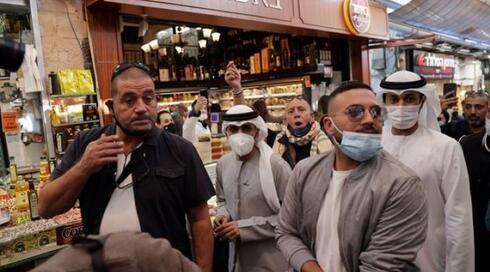 Una delegación de los Emiratos Arabes Unidos recorre el tradicional mercado Mehane Yehuda de Jerusalem.