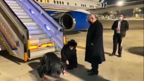 Jonathan Pollard besa el suelo de Israel cuando sale del jet privado de Sheldon Adelson.