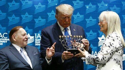 El presidente saliente de los Estados Unidos, Donald Trump, con los Adelson en la cumbre del Consejo Israel-América en diciembre de 2019.