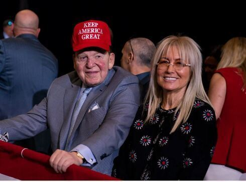 Sheldon Adelson con su esposa Miriam en un mitin de Trump en Las Vegas, el pasado febrero.