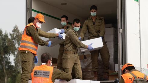 Tropas de las FDI entregan alimentos en la ciudad de Bnei Brak, durante un cierre general por coronavirus.