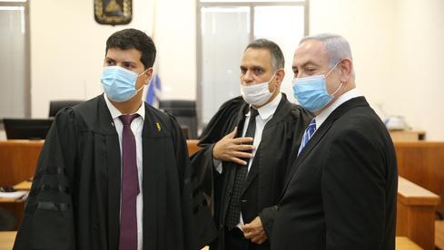 El primer ministro Benjamin Netanyahu en el Tribunal de Distrito de Jerusalem con sus abogados.