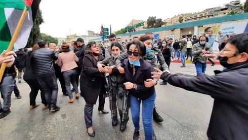 La exparalmentaria árabe Hanin Zoabi fue detenida durante las protestas contra Netanyahu en Nazaret.