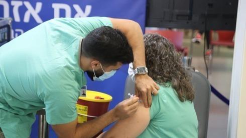 Personal de salud recibe la segunda dosis de la vacuna contra el coronavirus en Tel Aviv.