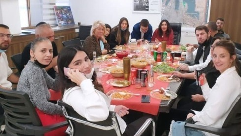 La ministra Miri Regev y empleados de su oficina celebran un cumpleaños en violación de las directivas sanitarias.