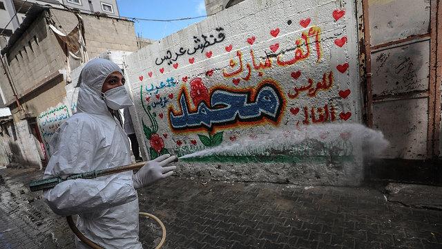 Un trabajador desinfecta las calles de Gaza durante la pandemia de coronavirus.