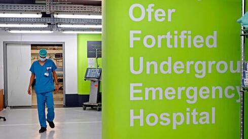 Un médico en el estacionamiento subterráneo del Centro Médico Rambam convertido en sala de cuidados intensivos.