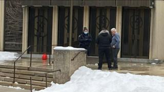 Cruces esvásticas en la entrada de la sinagoga más grande de Montreal, Canadá.