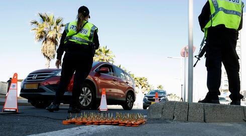 La policía israelí, en Tel Aviv, haciendo cumplir el bloqueo por coronavirus.