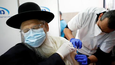 Un religioso ultraortodoxo recibe la dosis de la vacuna en Ashdod.