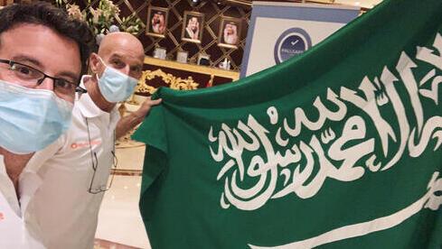 Los israelíes Omer y Danny Pearl se toman una selfie con una bandera saudí antes del inicio del Rally Dakar en un hotel en Jeddah, Arabia Saudita.