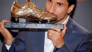 Lior Refaelov recibiendo el premio al mejor jugador de la Primera División de Bélgica.