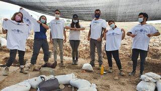 Estudiantes del Instituto de Hanaton en la zona de excavación.