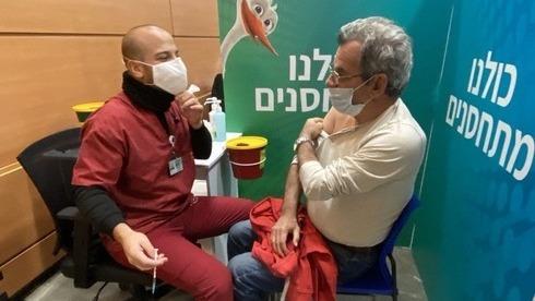 Un hombre recibe la vacuna contra el coronavirus en un centro médico del norte de Tel Aviv.