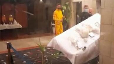 Los alborotadores dan vuelta una mesa en el hotel de Jerusalem.