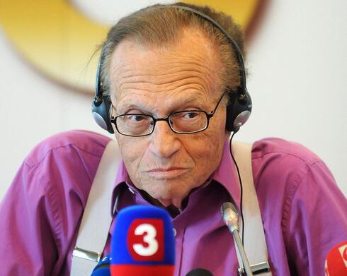 Larry King responde a las preguntas de los periodistas durante una conferencia de prensa en Eslovaquia, septiembre de 2011.