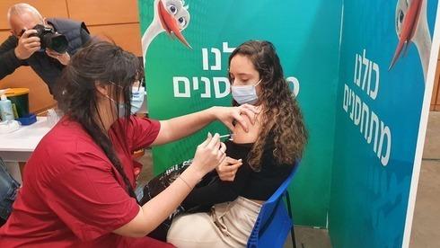 Una adolescente recibe la vacuna contra el coronavirus en Givatayim, cerca de Tel Aviv.