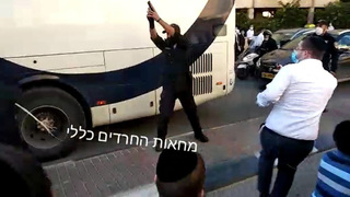 Un policía realiza un disparo al aire en Bnei Brak.