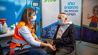 Joseph Kleinman, sobreviviente de la Shoá, recibe la segunda dosis de la vacuna contra el coronavirus.