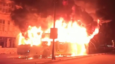 El autobús incendiado anoche en Bnei Brak.
