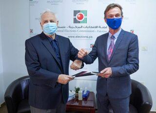 El representante de la UE, Sven Kuhn von Burgsdorf, recibió las invitaciones durante su reunión con el presidente de la CEC, Hanna Nasser.