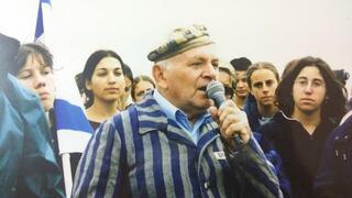 Kleinman relatando su vida en la Shoá frente a un grupo de jóvenes.